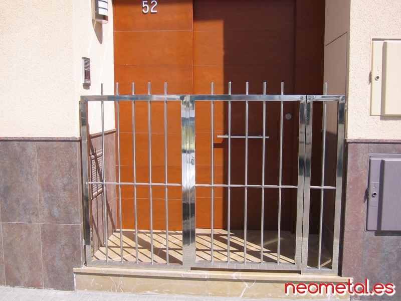 Puertas acero inoxidable neometal estructuras s l for Puertas de acero inoxidable